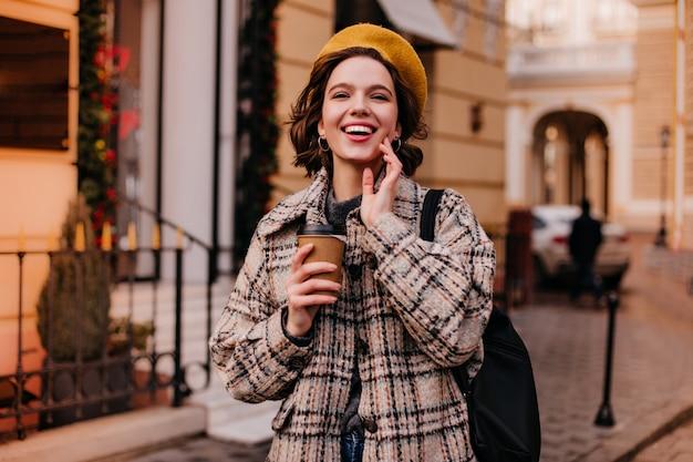 Portrait De Gros Plan De Femme Parisienne En Beau Manteau Photo gratuit