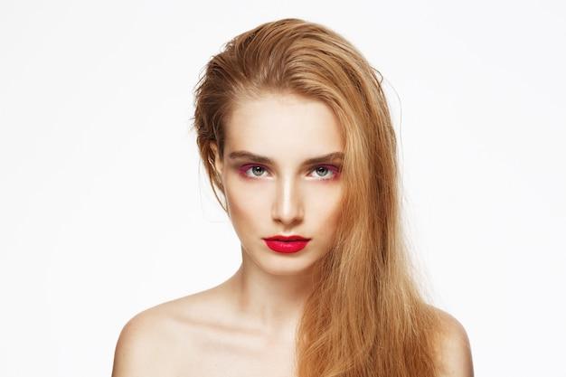 Portrait De Gros Plan De Jeune Belle Fille Confiante Avec Maquillage Lumineux. Mur Blanc. Isolé. Photo gratuit