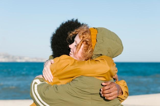 Portrait de groupe d'amis au bord de la plage Photo gratuit