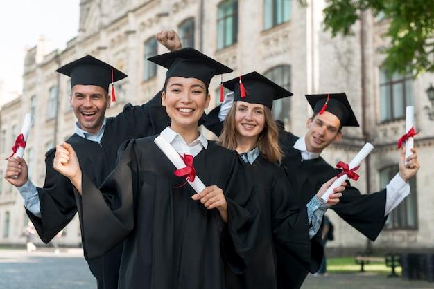 Portrait D'un Groupe D'étudiants Célébrant Leur Remise Des Diplômes Photo Premium