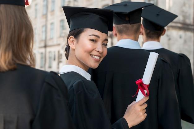 Portrait d'un groupe d'étudiants célébrant leur remise des diplômes Photo gratuit