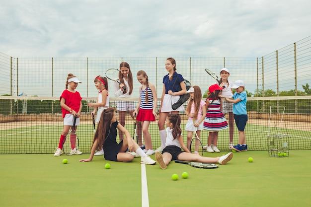 Portrait De Groupe De Filles En Tant Que Joueurs De Tennis Tenant Une Raquette De Tennis Photo gratuit