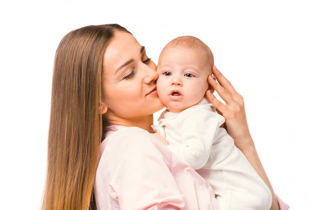 Portrait de l'heureuse mère et son bébé à la maison. Photo Premium