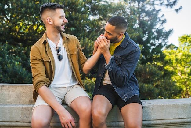 Portrait De L'heureux Couple Gay, Passer Du Temps Ensemble Et Avoir Une Date Dans Le Parc. Concept De Lgbt Et D'amour. Photo gratuit