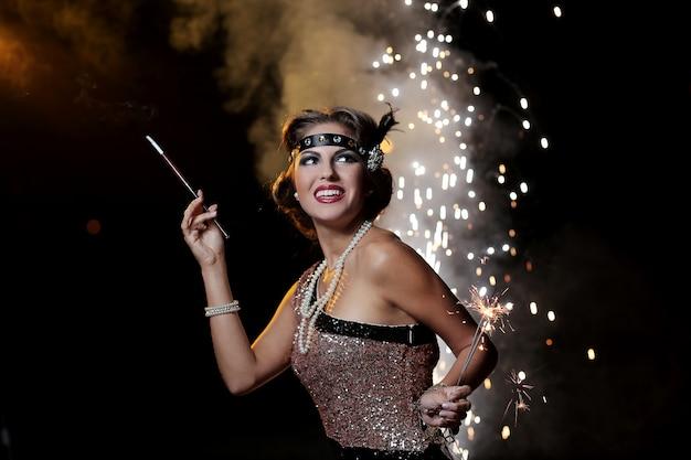 Portrait, heureux, fête, femme, feux artifice, fond Photo gratuit