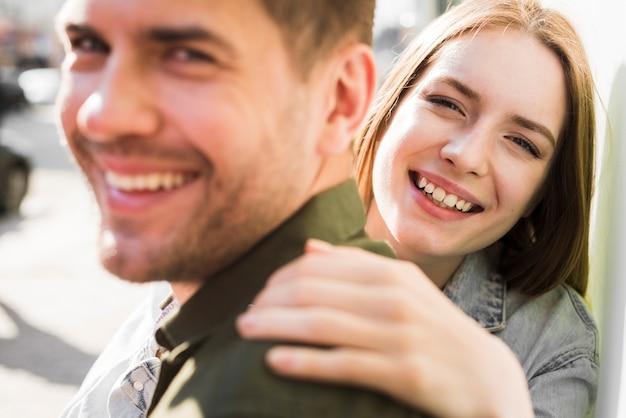 Portrait, heureux, jeune, aimer, couple, rue Photo gratuit