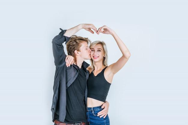Portrait, heureux, jeune couple, aimer, ensemble Photo gratuit