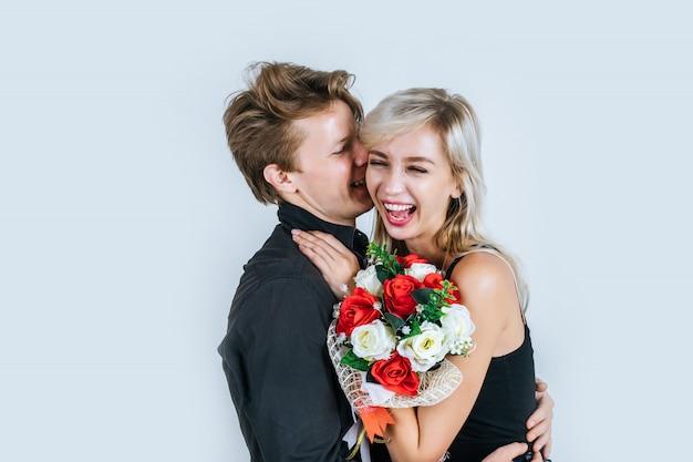 Portrait, heureux, jeune couple, amour, à, fleur Photo gratuit