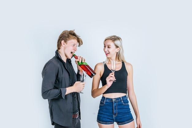 Portrait, heureux, jeune couple, boire vin Photo gratuit