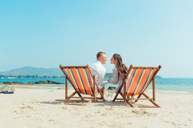 Portrait, heureux, jeune couple, étreindre, près, à, transats, dans, hôtel plage luxe Photo Premium