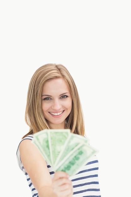 Portrait, de, heureux, jeune femme, tenue, éventé, dollar, billets banque Photo Premium