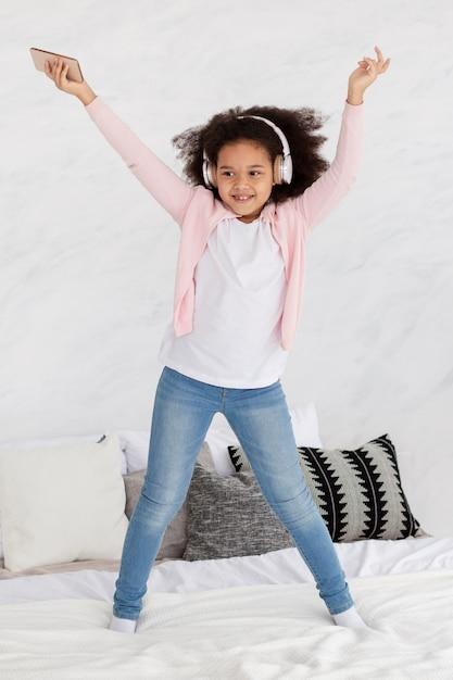 Portrait, De, Heureux, Jeune Fille, Danse, à, Musique, Dans Lit Photo gratuit