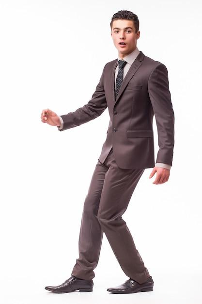 Portrait D'heureux Jeune Homme D'affaires Souriant En Costume Marron Isolé Sur Mur Blanc Photo gratuit