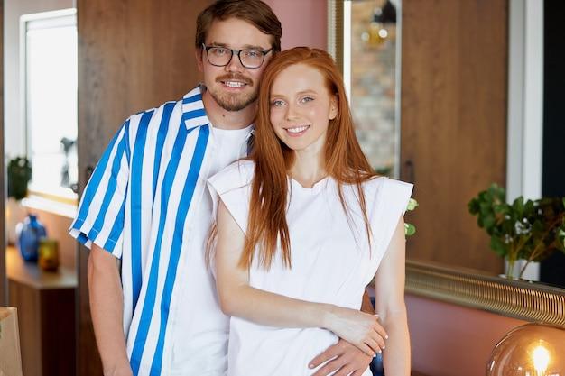 Portrait De L'heureux Nouveau Propriétaire De La Maison Beau Couple Photo Premium