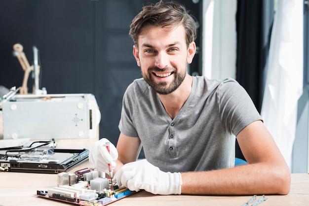 Portrait, heureux, réparation, circuit imprimé, de, ordinateur Photo gratuit