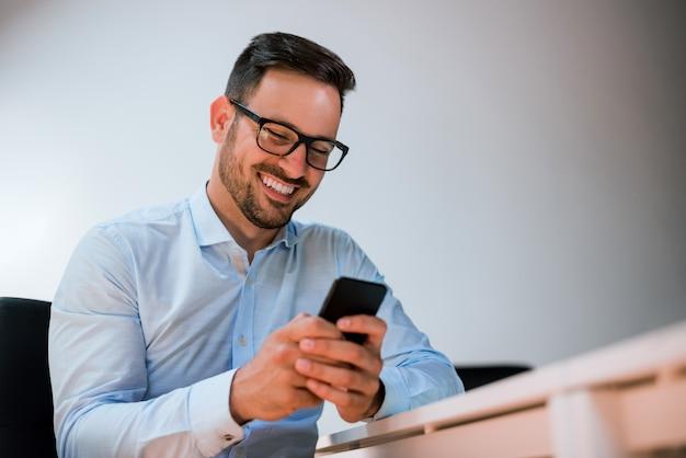 Portrait, de, a, heureux, sourire, homme affaires, dans lunettes, utilisation Photo Premium