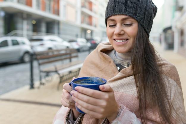 Portrait d'hiver automne de jeune femme souriante au chapeau Photo Premium