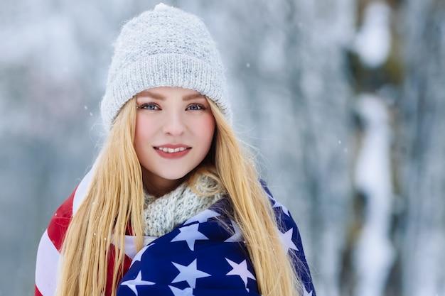 Portrait d'hiver de la jeune adolescente avec le drapeau des etats-unis. beauty joyful model girl rire et s'amuser à winter park Photo Premium