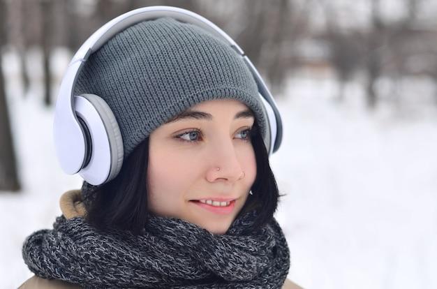 Portrait d'hiver de jeune fille avec un casque Photo Premium