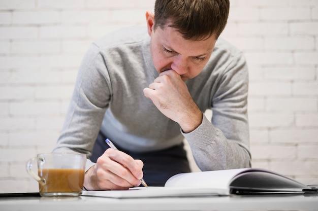 Portrait D'homme Adulte, Prendre Des Notes De Travail Photo gratuit