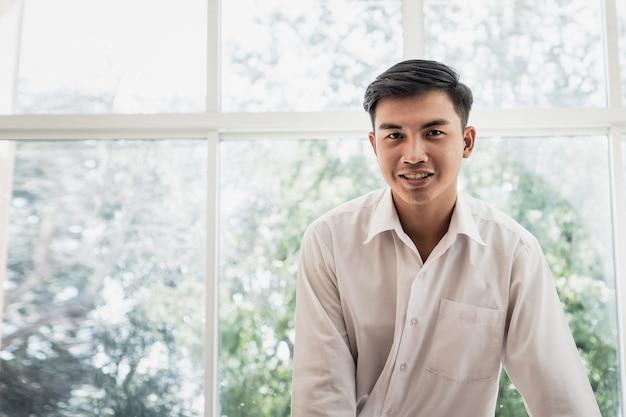 Portrait, de, homme affaires asiatique attrayant, ou, étudiant, personne positive, à, heureux, sourire Photo Premium