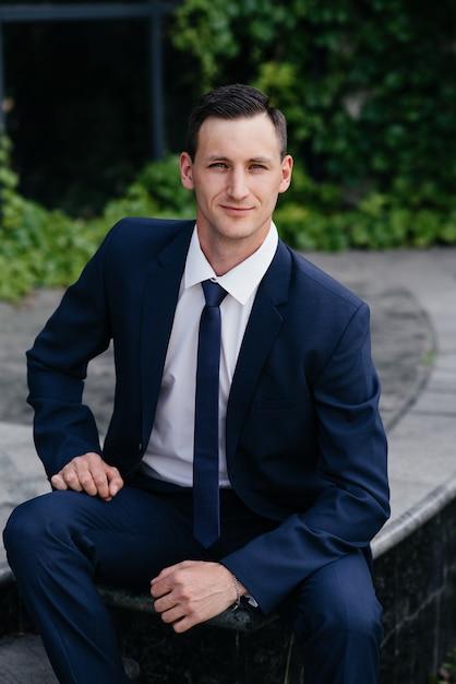 Portrait d'un homme d'affaires belle dans un costume bleu. Photo Premium