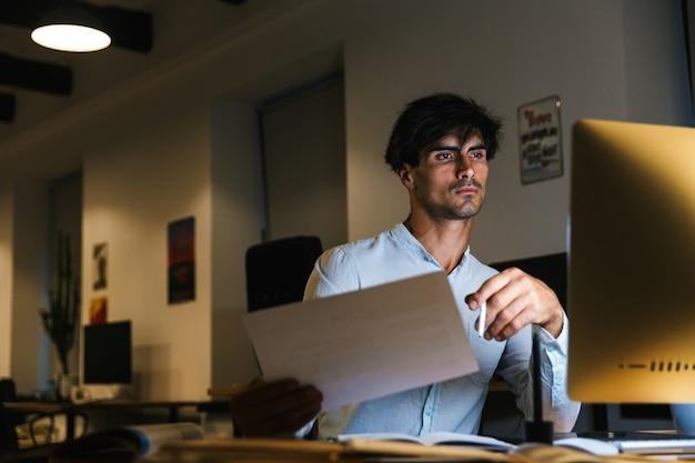 Portrait D'un Homme D'affaires Concentré Confiant Travaillant Photo Premium
