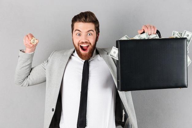 Portrait D'un Homme D'affaires Heureux Montrant Le Bitcoin Doré Photo gratuit