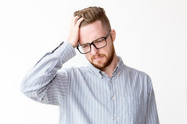 Portrait d'homme d'affaires mécontent grattant la tête Photo gratuit