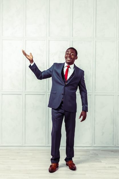 Portrait d'homme d'affaires noir souriant heureux Photo Premium