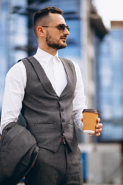 Portrait d'homme d'affaires par le gratte-ciel Photo gratuit