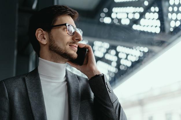 Portrait Homme D'affaires Réussi Parler Sur Le Smartphone Photo gratuit
