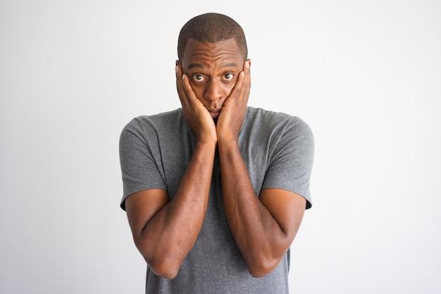 Portrait d'un homme afro-américain choqué et perplexe. Photo gratuit