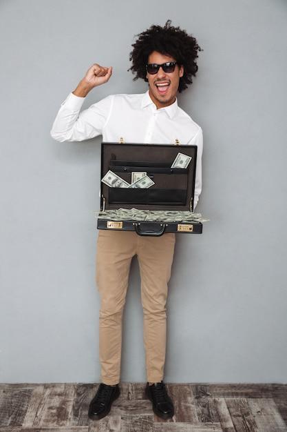 Portrait D'un Homme Afro-américain Joyeux Joyeux Photo gratuit