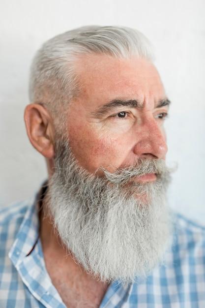 Portrait d'homme âgé sérieux barbu en maillot en studio Photo gratuit