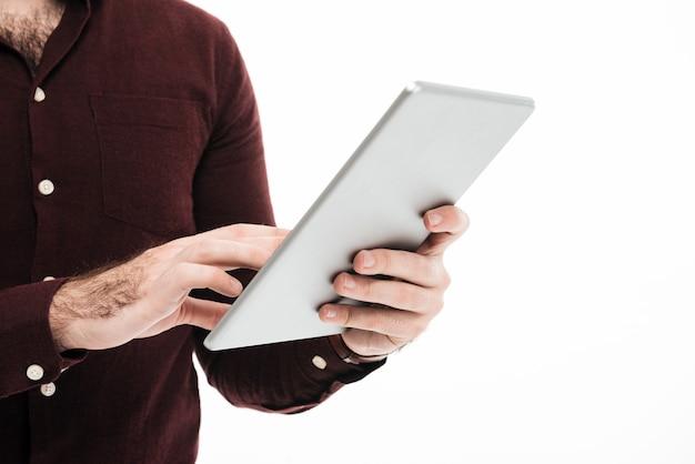 Portrait D'un Homme à L'aide De La Tablette Tactile Photo gratuit
