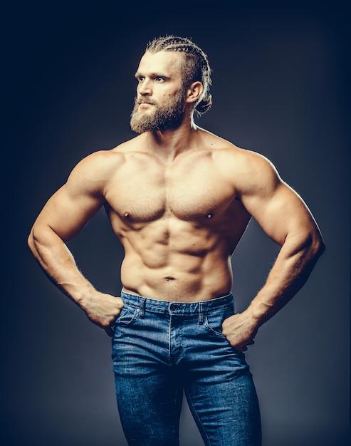 Portrait d'un homme barbu musculaire athlétique posant Photo Premium