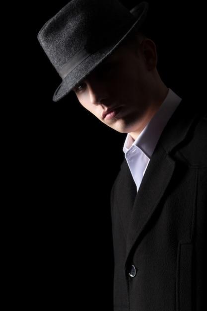 Portrait d'homme beau en éclairage discret Photo gratuit