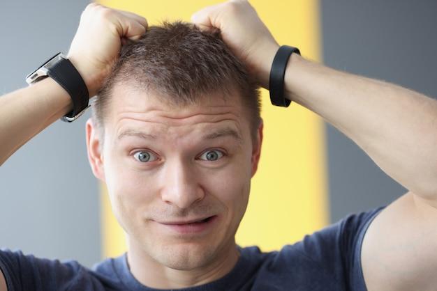 Portrait D'un Homme Bouleversé Tenant Ses Cheveux Avec Ses Mains. Problèmes Et Stress Au Concept De Travail Photo Premium