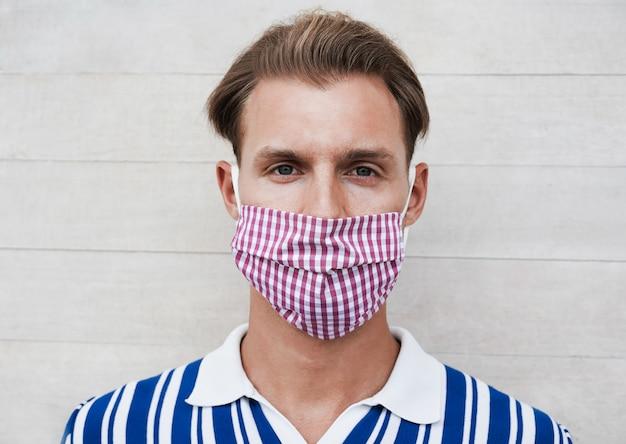 Portrait D'un Homme Caucasien Souriant Tout En Portant Un Masque De Protection Pour La Prévention De La Propagation Du Coronavirus Photo Premium