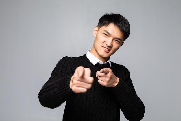 Portrait D'un Homme Chinois Pointe Le Doigt Vers Vous Sur Un Mur Blanc Isolé Photo gratuit