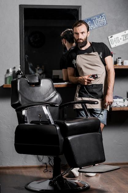Portrait, de, a, homme, coiffeur, à, barbe, debout, dans, coiffeur Photo gratuit