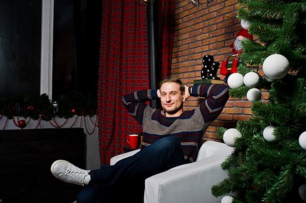 Portrait D'homme Contre Arbre De Noël Avec Des Décorations. Photo Premium