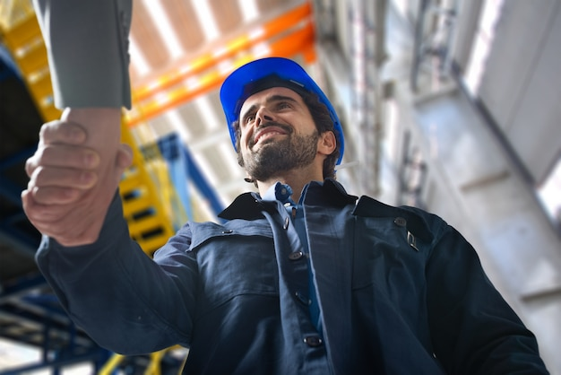 Portrait, homme, donner, handshake, industriel, installation Photo Premium