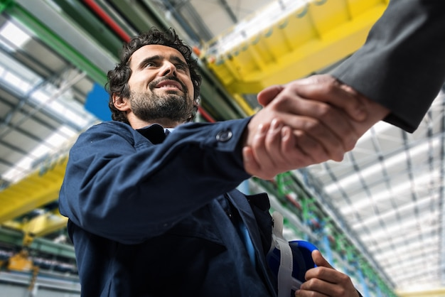 Portrait, homme, donner, handshake, industriel, installation Photo Premium