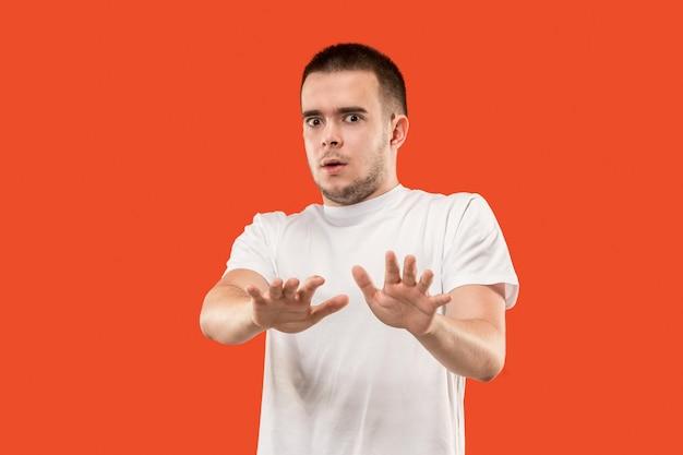 Portrait D'homme Effrayé. Homme Debout Isolé Sur Orange à La Mode Photo gratuit