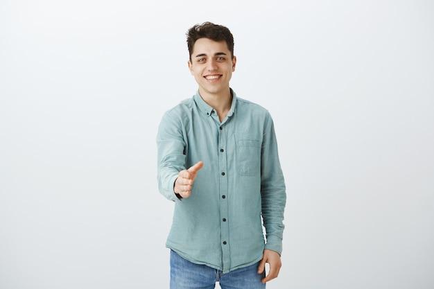 Portrait D'homme Européen Sortant Amical En Chemise à La Mode Décontractée Photo gratuit