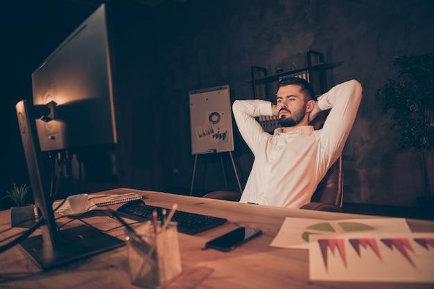 Portrait D'homme Fatigué Sérieux S'asseoir Sur Une Chaise Regarder Ordinateur à écran Photo Premium