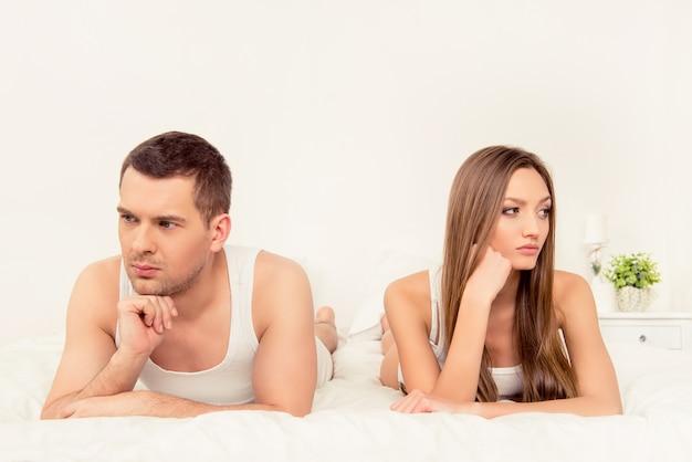 Portrait D'homme Et De Femme Couché Malheureux Dans Son Lit Photo Premium