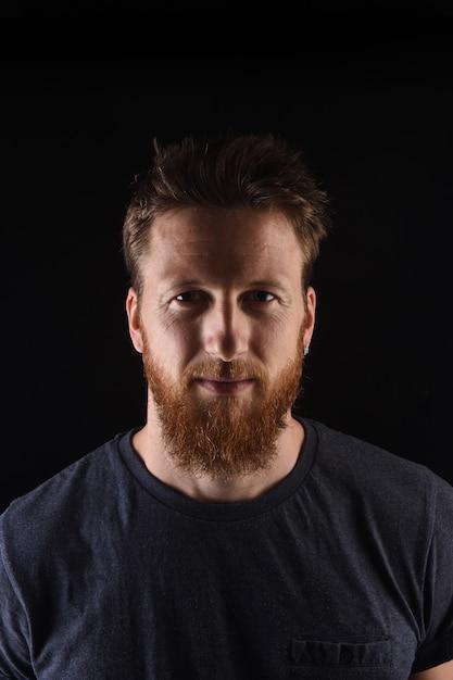 Portrait d'un homme sur fond noir Photo Premium